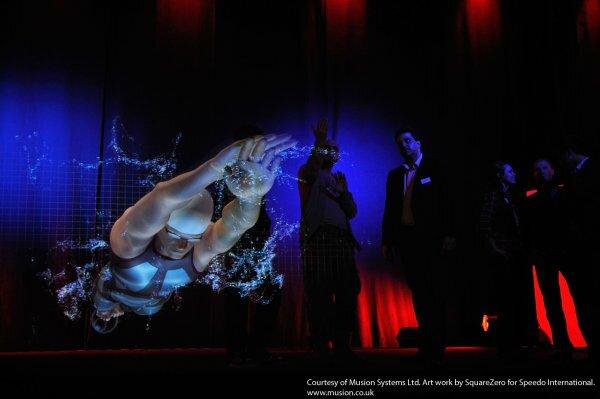 «Живое сценическое представление Musion» с эффектом телеприсутствия. 3D-голограмма компании Christie