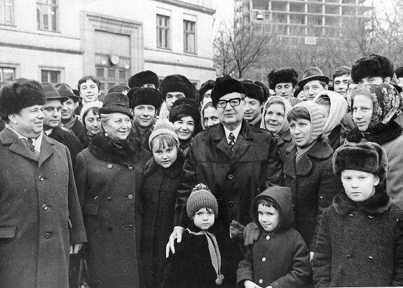 Во время своего последнего визита в СССР в 1972 г., в нарушение протокола, Сальвадор Альенде остановил кортеж на Площади Славы в Киеве, чтобы пообщаться с горожанами. Фото А. Т. Бормотова