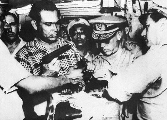 Фульхенсио Батиста (слева) осматривает оружие и боеприпасы, захваченные в Гаване. Фото: 1953 г.