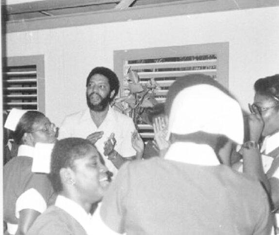 Морис Бишоп на встрече с гренадскими работниками системы здравоохранения. Фото: 1970-е гг.