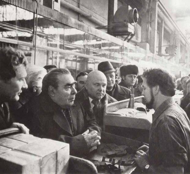 Брежнев посещает завод, фото 1978 г.