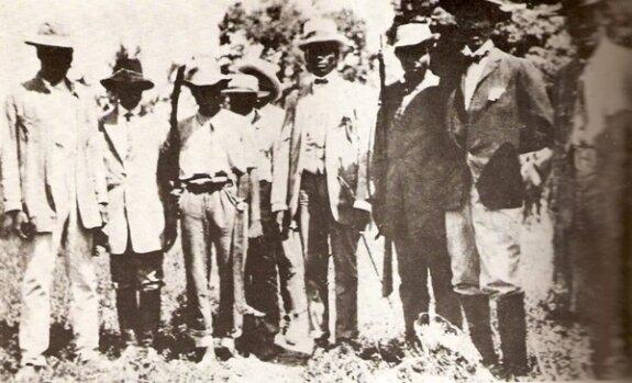 Шарлемань Перальт (в центре, в галстуке-бабочке) с группой гаитянских офицеров. Фото: 1910-е гг.