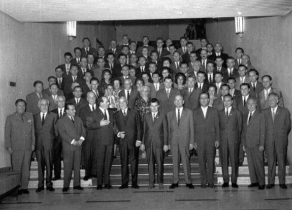 Чаушеску (в центре) с делегацией Муреш-Венгерской АО. Фото: 1965 г.