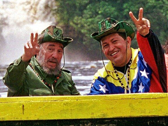 Фидель Кастро и Уго Чавес катаются на лодке в одном из национальных парков Венесуэлы. Фото: 12 августа 2001 г.