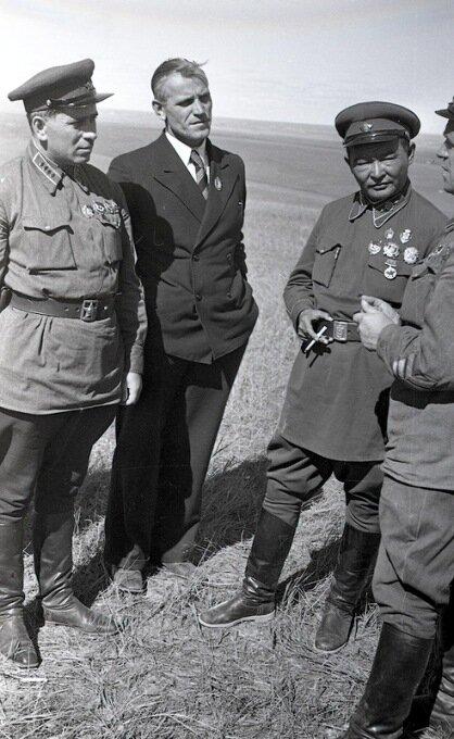 Маршал Монголии Чойбалсан (крайний справа) и комкор Жуков (крайний слева). Халхин-Гол, 1939 г.