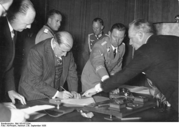 Э. Даладье подписывает Мюнхенское соглашение. Фото: 30 сентября 1938 г.