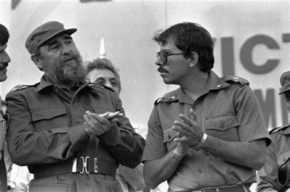 Даниэль Ортега (справа) с Фиделем Кастро