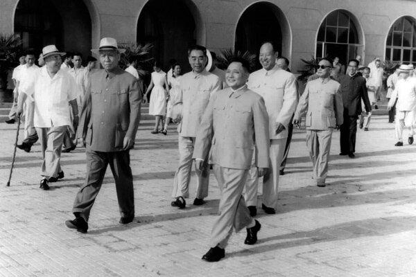 Делегация китайских коммунистов перед вылетом в Москву на XX съезд КПСС, Дэн Сяопин (в центре) и Лю Шаоци (второй слева)