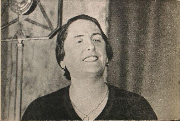 Долорес Ибаррури выступает по радио. Фото: 1936 г. Фотограф М. Кольцов