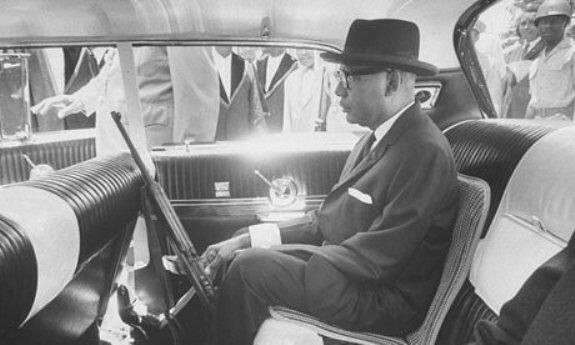 Папа Док держит в руках ружье во время поездки по Порт-о-Пренс, Гаити. Фото: 1963 г.