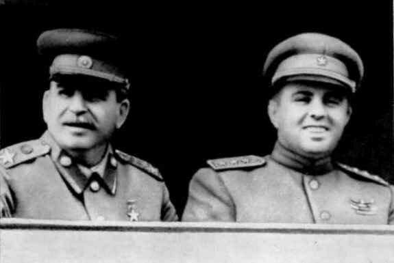 Иосиф Сталин и Энвер Ходжа на Центральном стадионе Москвы. Фото: июль 1947 г.