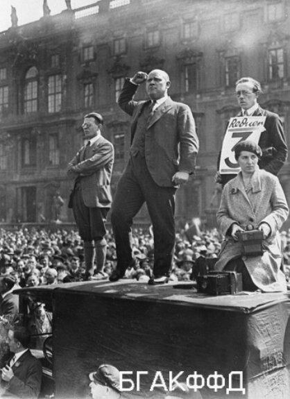 Эрнст Тельман выступает на первомайском митинге рабочих в Берлине. 1 мая 1930 г.