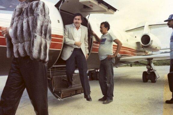 Эскобар выходит из самолета