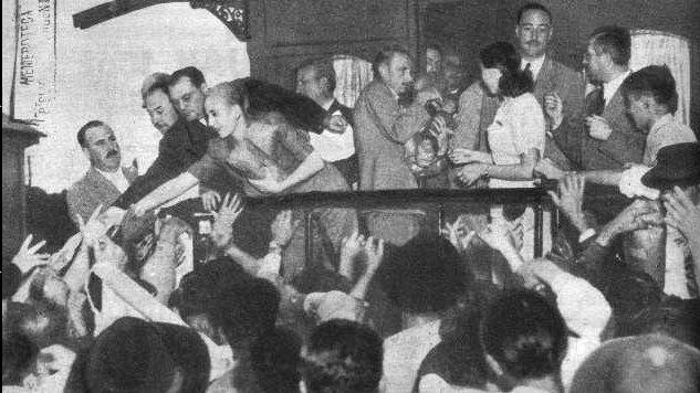 толпа приветствует Эву Перон