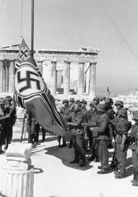 Фашисткий флаг над Афинским Акрополем. Фото: апрель 1941 г.
