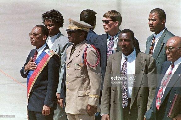 Жан-Бертран Аристид (крайний слева) в аэропорту Порт-о-Пренса. Фото: 15 октября 1994 г.