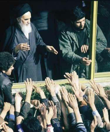 сторонники приветствуют Хомейни