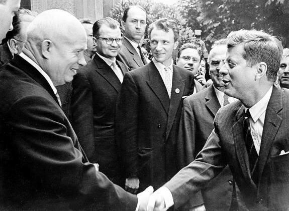 Хрущев во время визита в США (жмет руку Кеннеди), 1959 г.