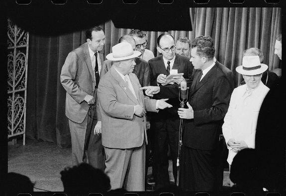 Хрущев и Никсон в ходе «кухонных дебатов» на американской выставке, 1959 г.