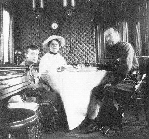 В Императорском вагоне. Николай II, императрица Александра Федоровна и цесаревич Алексей (весна 1916 года)