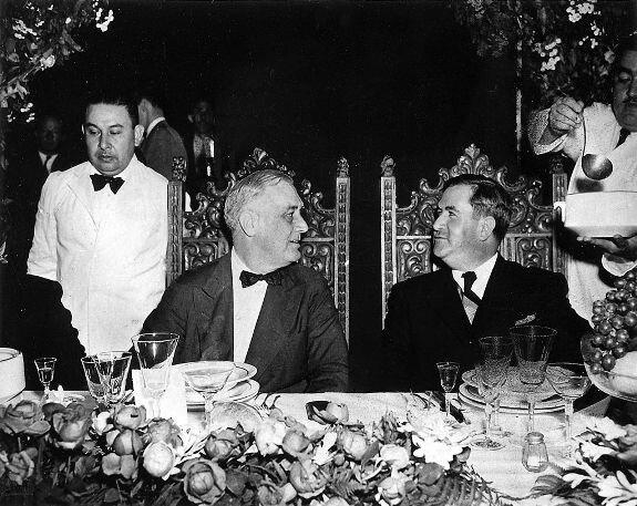 А. Кавачо (справа) обедает с президентом США Ф. Рузвельтом, Монтеррей. Фото: 20 апреля 1943 г.