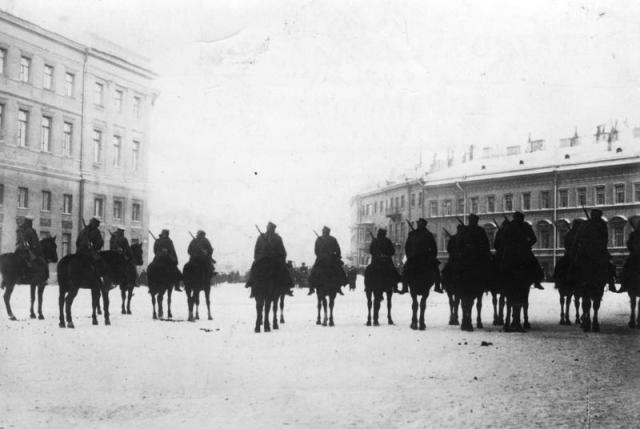 9 января 1905 г. Кавалеристы у Певческого моста задерживают движение шествия к Зимнему дворцу. Фото из ЦГАКФД