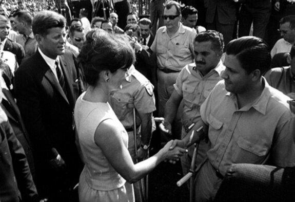 Американский президент Д. Кеннеди и его жена Ж. Кеннеди приветствуют участников бригады 2056 на стадионе Орандж боул, Майями, Флорида