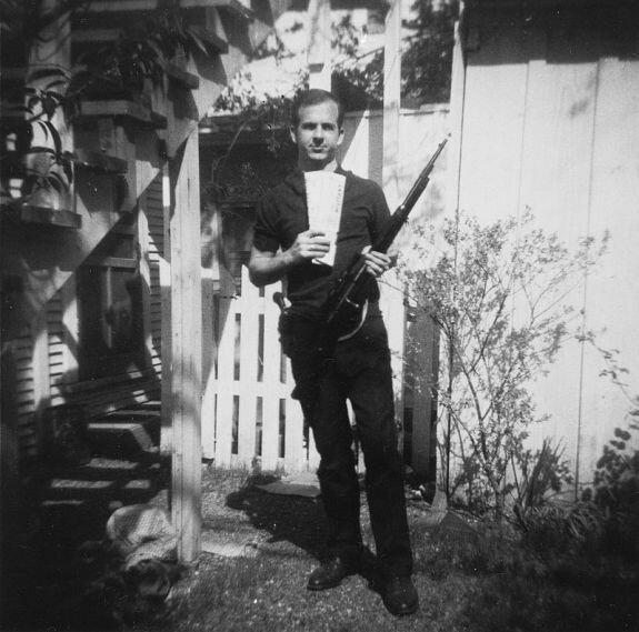 «Фотография на заднем дворе». Ли Харви Освальд с винтовкой «Каркано» и марксистскими газетами, 1963 г.