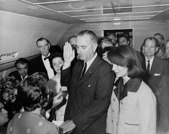 Присяга Джонсона на борту Air Force One в день убийства Кеннеди