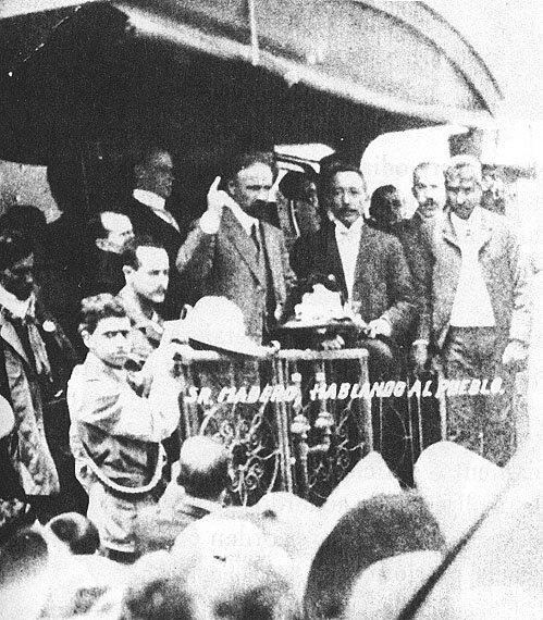 Франсиско Мадеро произносит речь с задней площадки железнодорожного вагона. Фото: 1910 г.