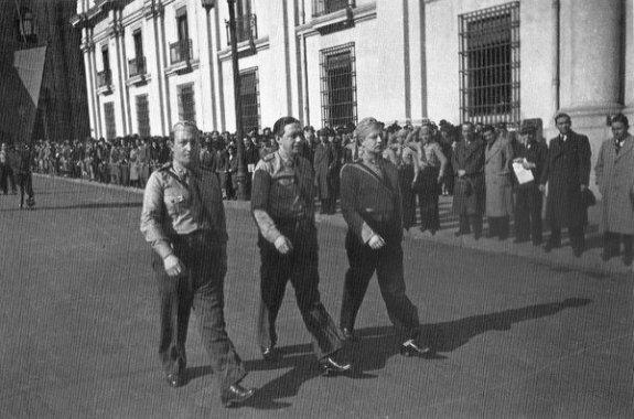 М. Вальехо (крайний слева), Э. Шнаке и С. Альенде на марше перед дворцом Ла Монеда, Сантьяго, Чили. Фото: июнь 1939 г.