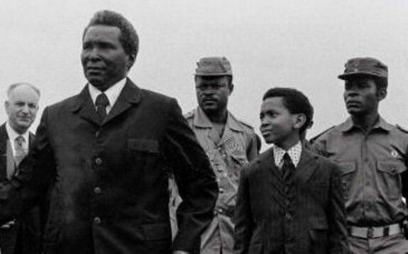 Масиас Нгема с сыном, 3 августа 1979 г.