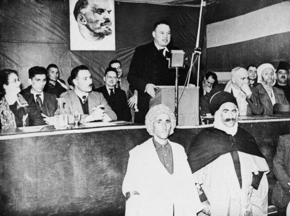 Морис Торез на собрании в Алжире выступает за самоопределение алжирского народа. Фото: 1939 г.