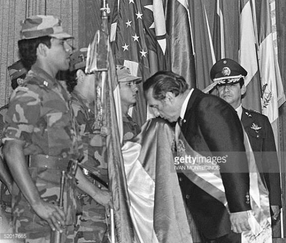 Н. Дуарте целует флаг Сальвадора во время собственной инаугурации
