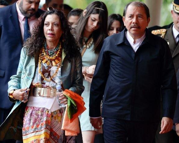 Ортега с супругой Росарио Мурильо