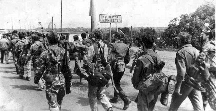 Приднестровские ополченцы направляются по разблокированному мосту в Бендеры, 1992 г.