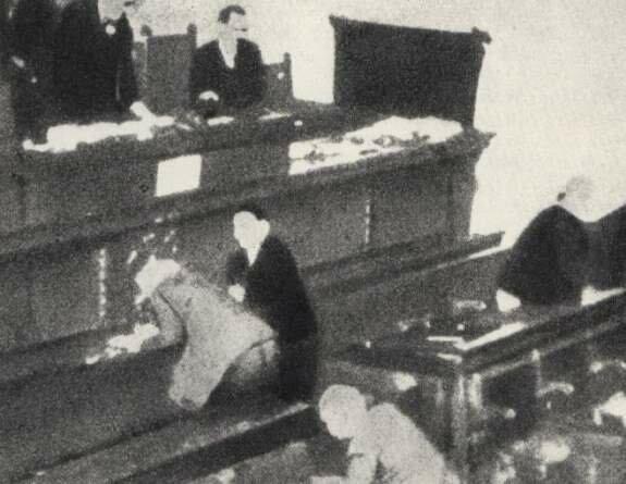 Пуниша Рачич стреляет в депутатов на Национальной Ассамблее в представителей Хорватской крестьянской партии. Фото: 8 августа 1928 г.
