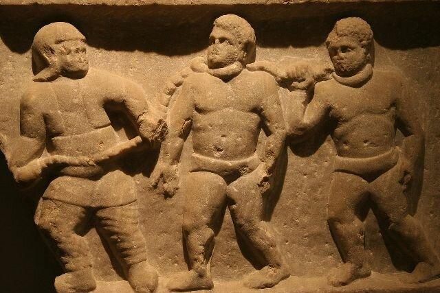 римский солдат ведет рабов