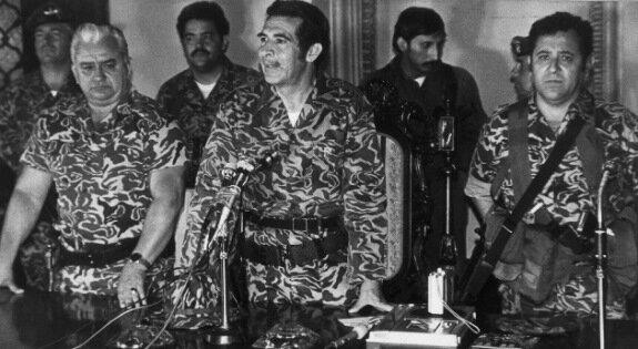 Генерал Риос Монтт (в центре) объявляет о военном перевороте. Гватемала. 23 марта 1982 г. Фото Bettman/Corbis