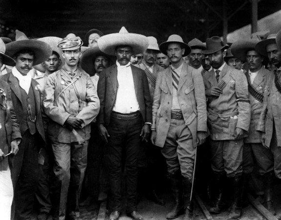 Генерал М. Асунсоло, А. Мартинес и Э. Сапата (в центре) в сопровождении своих офицеров. Фото: апрель 1911 г.