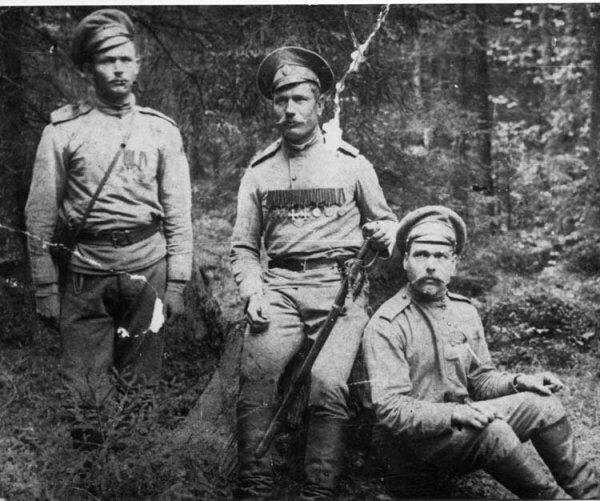 Петр Щетинкин (в центре) с сослуживцами. Фото 1915 г.