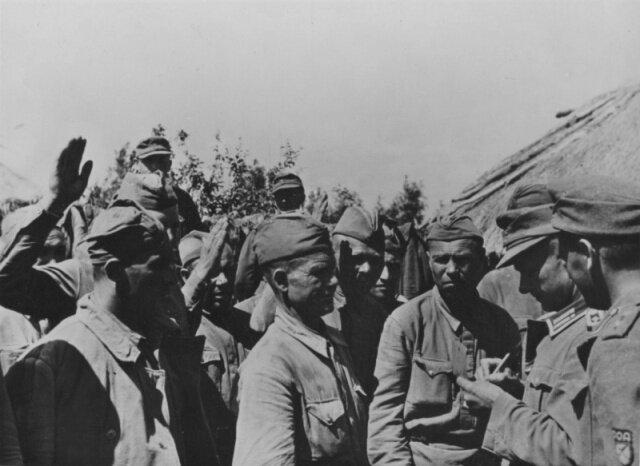советские военнопленные записываются в РОА
