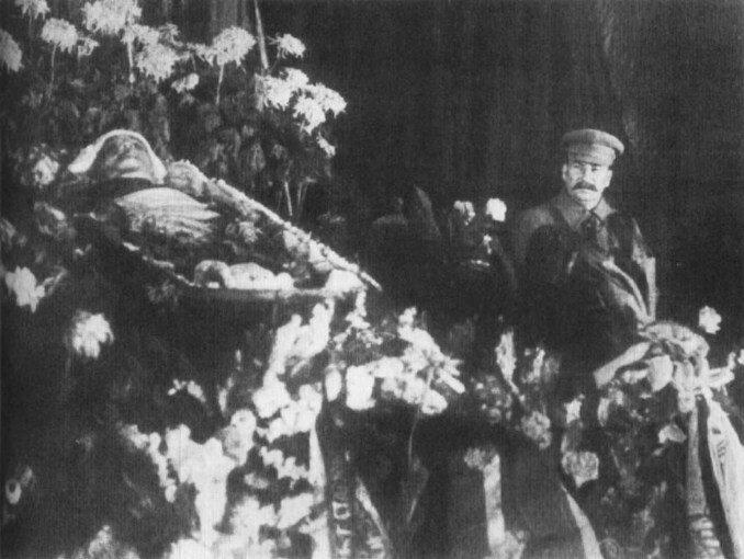 Сталин у гроба Кирова, 1934 г.