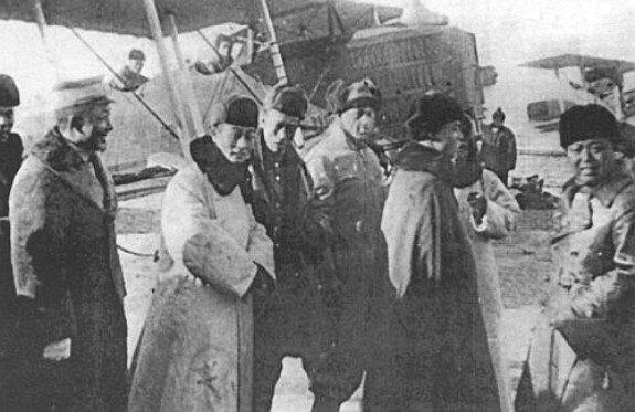 Губернатор Маньчжурии Чжан Сюэлян на смотре своей авиации. Фото 1929 г.
