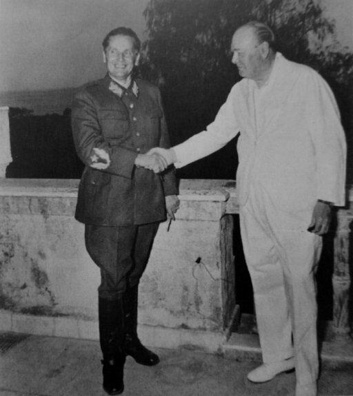 Иосип Броз Тито  и премьер-министр Великобритании Уинстон Черчилль на встрече в Неаполе. Фото: август 1944 г.