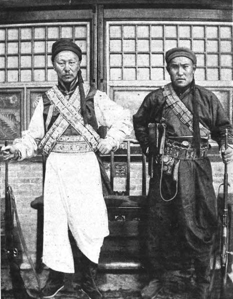 Тогтохо-гун (слева) и его начштаба Баир-гун