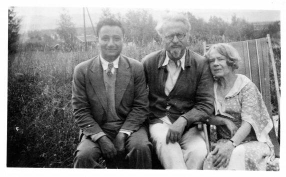 Лев Троцкий (в центре), Наталья Троцкая (Седова) и неизвестный. Фото 1936 г.