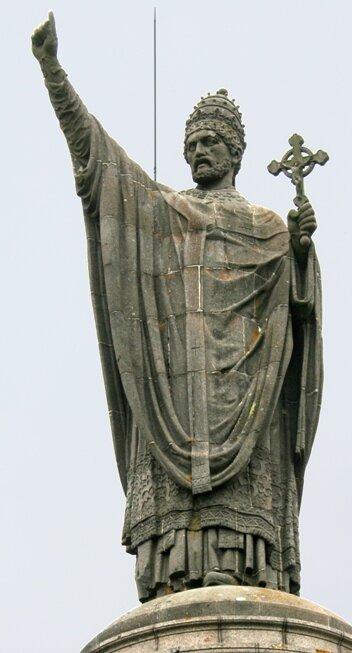 Статуя Урбана II в Шатийон-сюр-Марн, предполагаемом месте его рождения