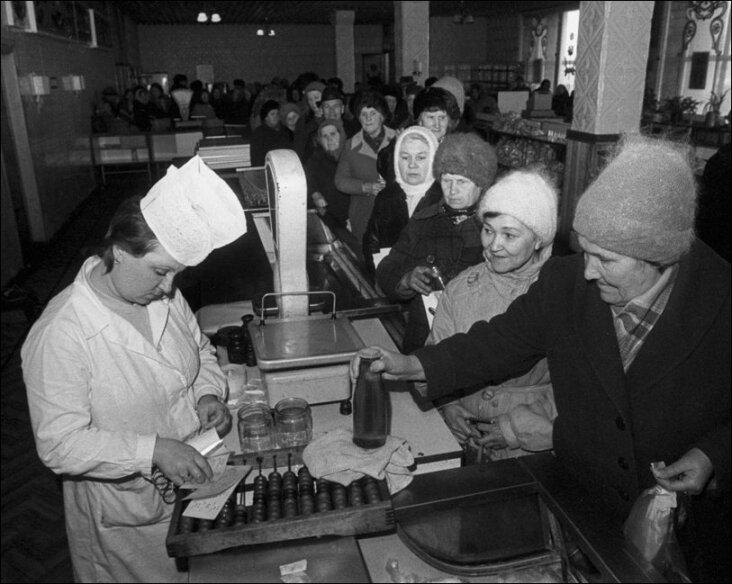 Отпуск продуктов по талонам. 80-е годы