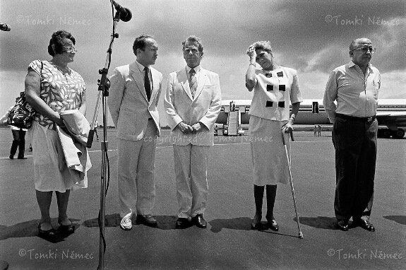 Президент Виолетта Чаморро (вторая справа) и Вацлав Гавел в аэропорту Манагуа. Фото: 13 августа 1990 г.